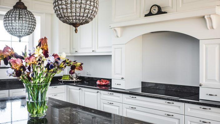 Klassisk kjøkkenmøbler med steine belkeplate