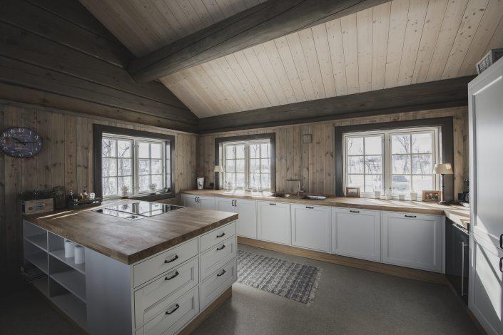 Hvit hyttekjøkken. LHM Interior
