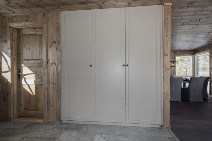 Hvit garderobeskap. Møbler til hytte. LHM Interior